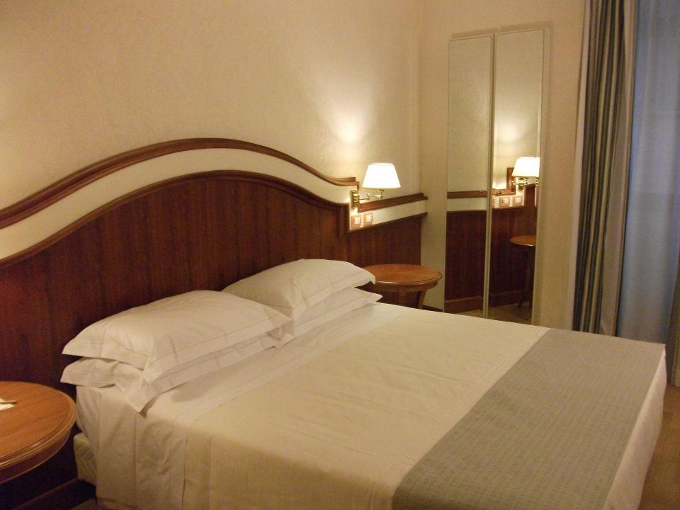Doppelzimmer; hinter dem Spiegel ist ein Schrank Hotel Londra Cargill