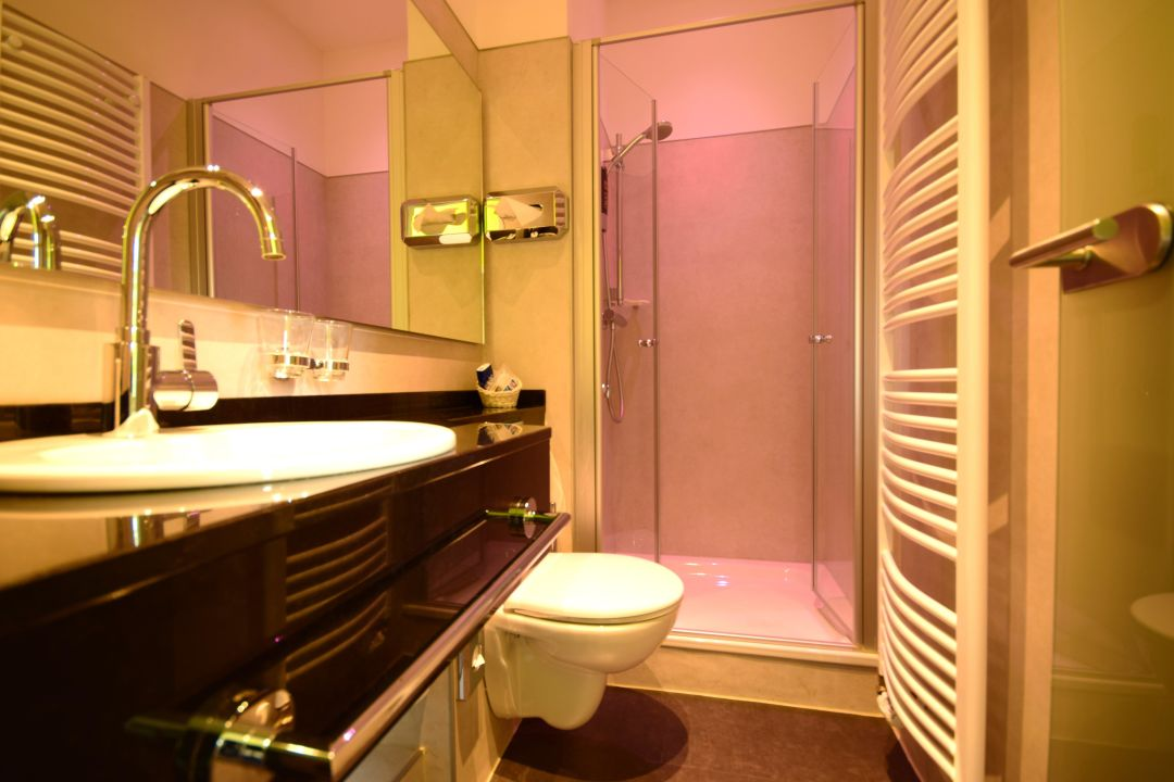 Business badezimmer wiegand design hotel hannover design for Business hotel design