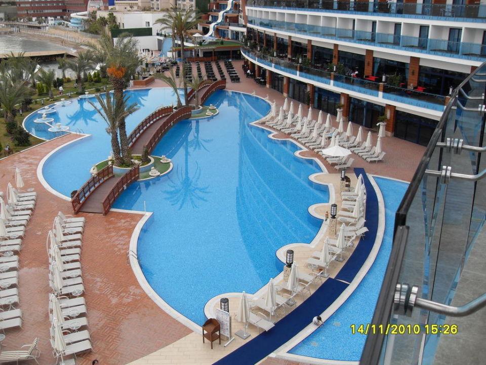 Blick auf eine Poollandschaft Granada Luxury Okurcalar