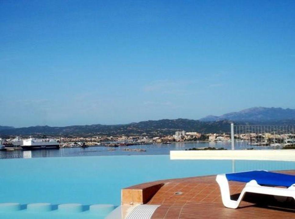 Pool mit Traumaussicht zum Hafen von Olbia. Alessandro Hotel