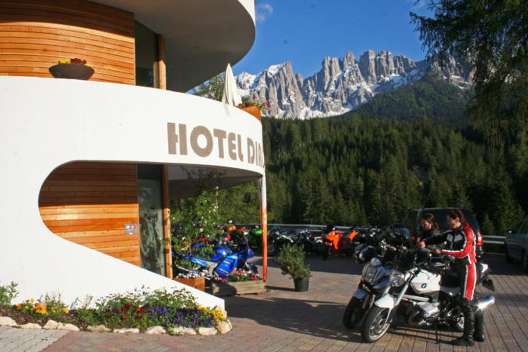 Motorradankunft am Diana Hotel Diana
