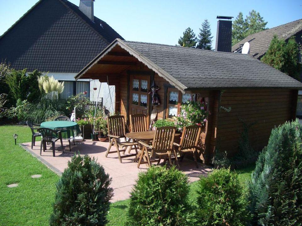 Gartenhaus mit Grill und Gartenmöbel Ferienwohnung Haus Rosen