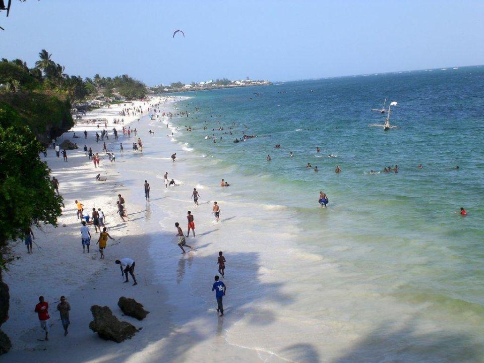 Einheimische am Wochende am Strand Bahari Beach Hotel