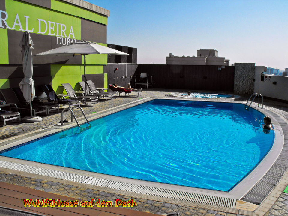 pool auf dem dach mit blick auf die stadt coral dubai deira hotel dubai holidaycheck. Black Bedroom Furniture Sets. Home Design Ideas