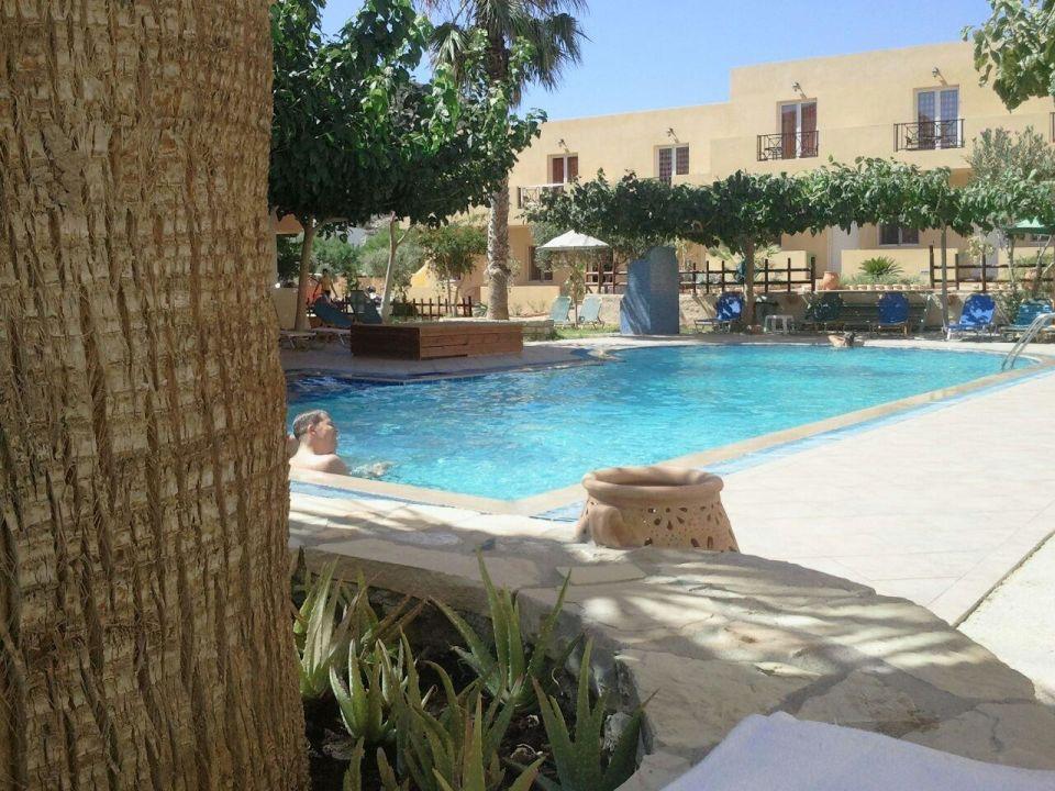 blick zum pool hotel calypso matala holidaycheck kreta griechenland. Black Bedroom Furniture Sets. Home Design Ideas
