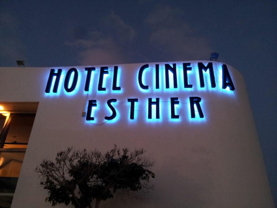 Hotelschriftzug bei Dämmerung Hotel Cinema