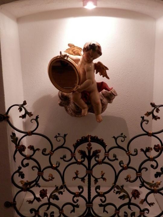 Deko im treppenhaus hotel gasthof fraundorfer garmisch partenkirchen holidaycheck - Deko treppenhaus ...
