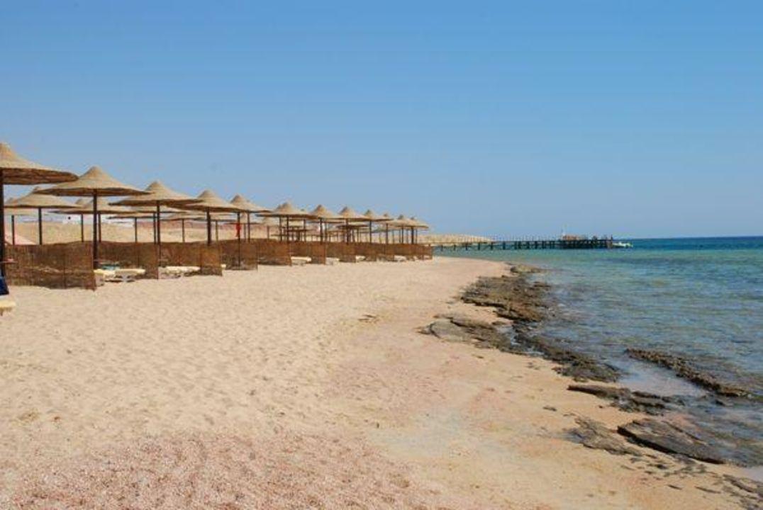 Kawałeczek plaży oraz pomostu Fantazia Resort Marsa Alam