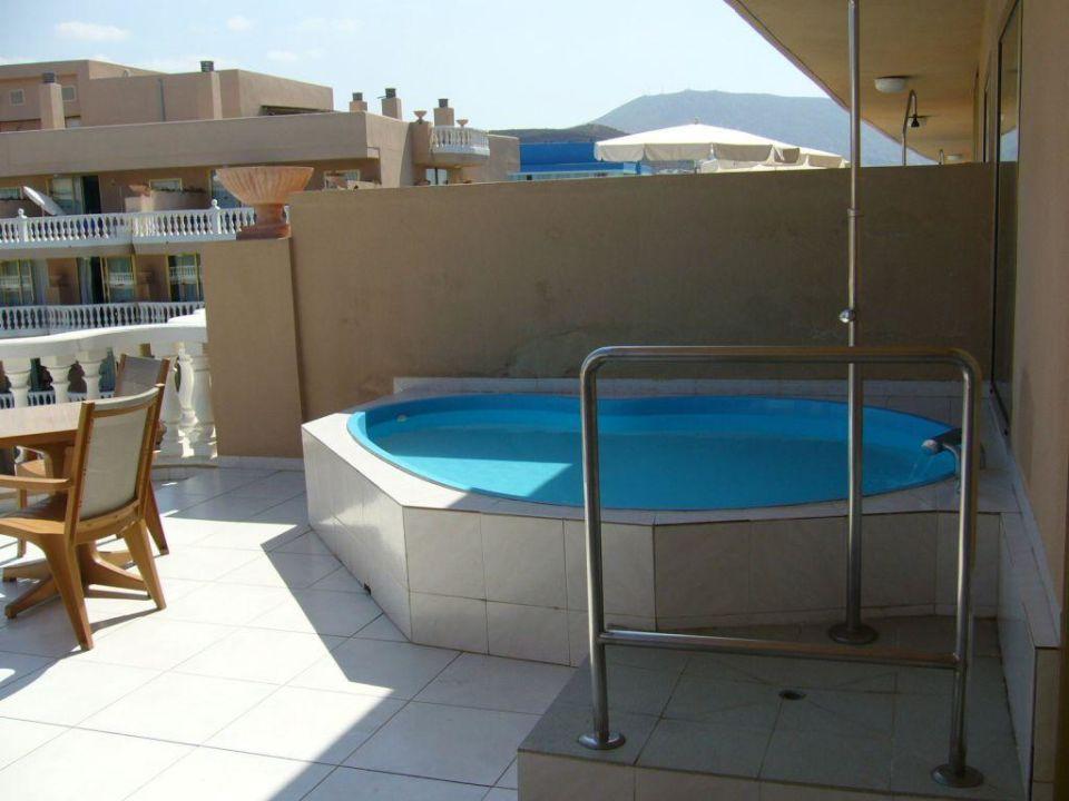 pool auf dem balkon hotel cleopatra palace playa de las. Black Bedroom Furniture Sets. Home Design Ideas