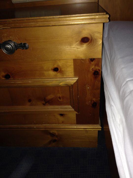 bild defektes nachttischchen zu allg uhotel hofgut k rnach sb hotel in wiggensbach. Black Bedroom Furniture Sets. Home Design Ideas