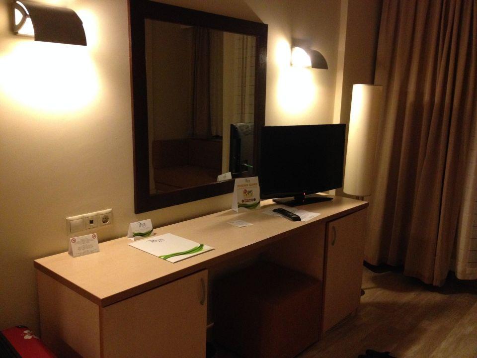 schreibtisch mit fernseher und safe im schrank hotel novum garden side side g ndogdu. Black Bedroom Furniture Sets. Home Design Ideas