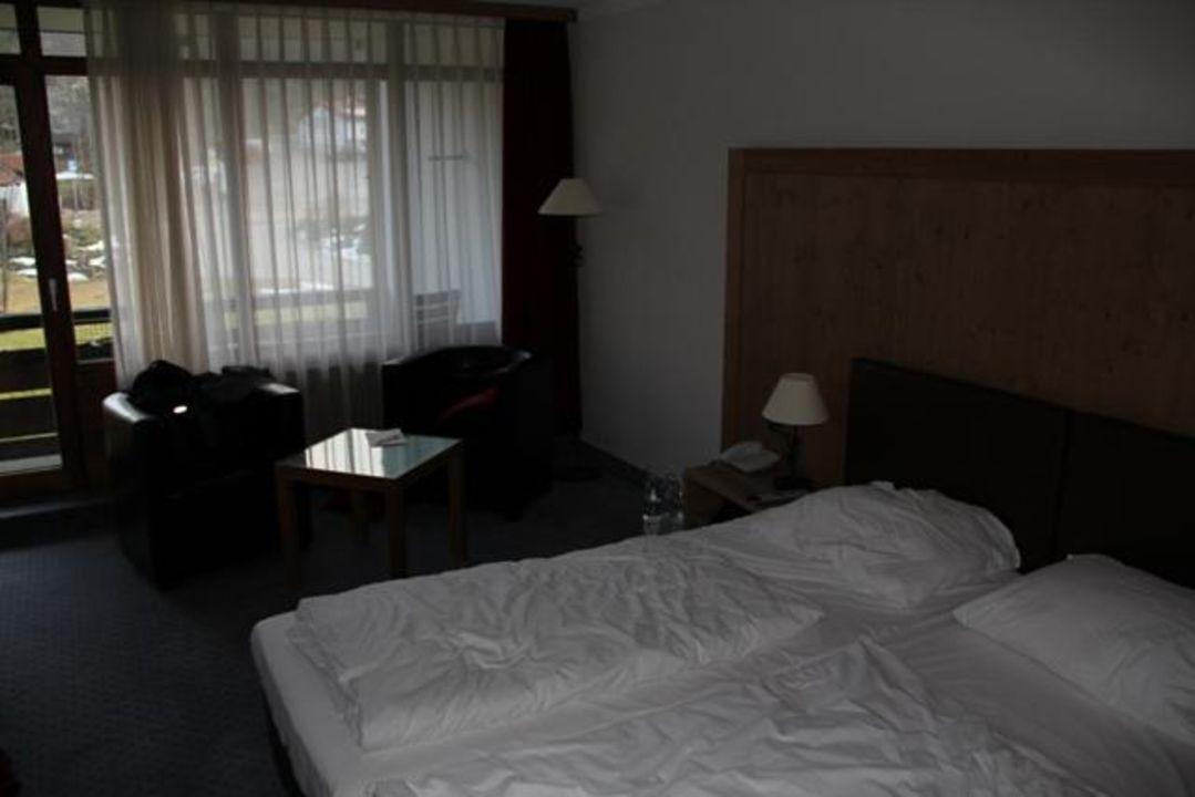 bild das zimmer doppelbett und balkon zu hotel. Black Bedroom Furniture Sets. Home Design Ideas