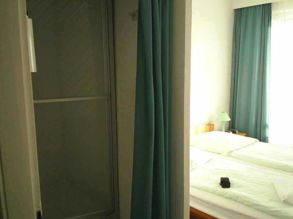 Dusche nur mit Vorhang vom Schlafbereich getrennt Hotel John Brinckman