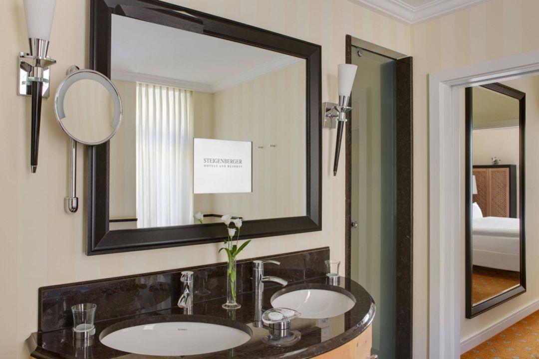 deluxe badezimmer mit integriertem spiegel tv steigenberger grandhotel belv d re davos. Black Bedroom Furniture Sets. Home Design Ideas
