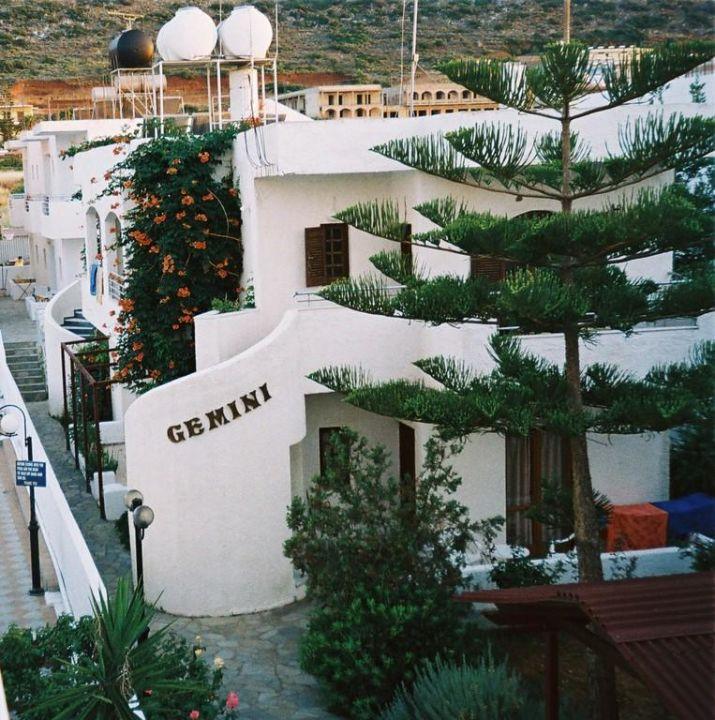 Widok na sąsiedni hotel Aparthotel Katia Maria