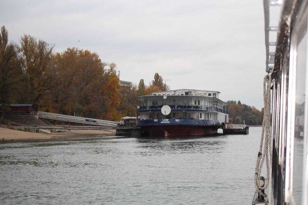 Schiffslinie D12 fährt auf das Hotel zu Hotel Aquamarina