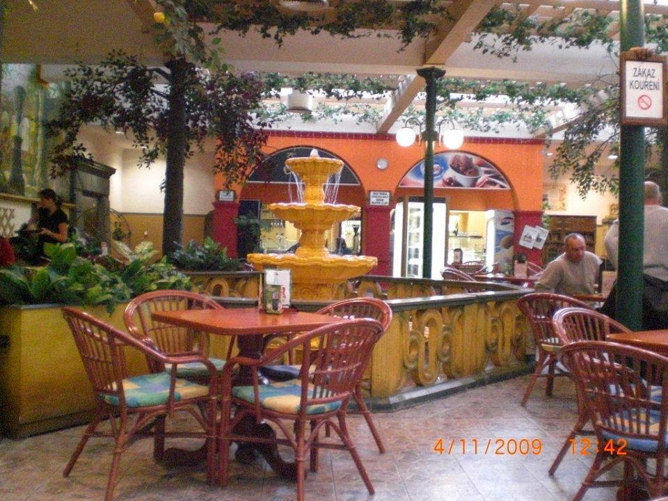Ein Cafe vor dem Lunapark WELLNESS HOTEL BABYLON