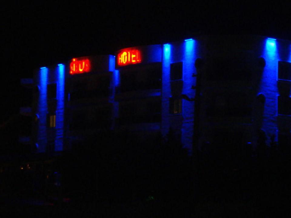 Außenansicht des Hotels am Abend Hotel Sisus