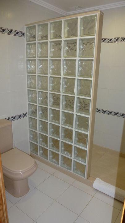 gemauerte dusche mit wc hotel sands beach resort in. Black Bedroom Furniture Sets. Home Design Ideas