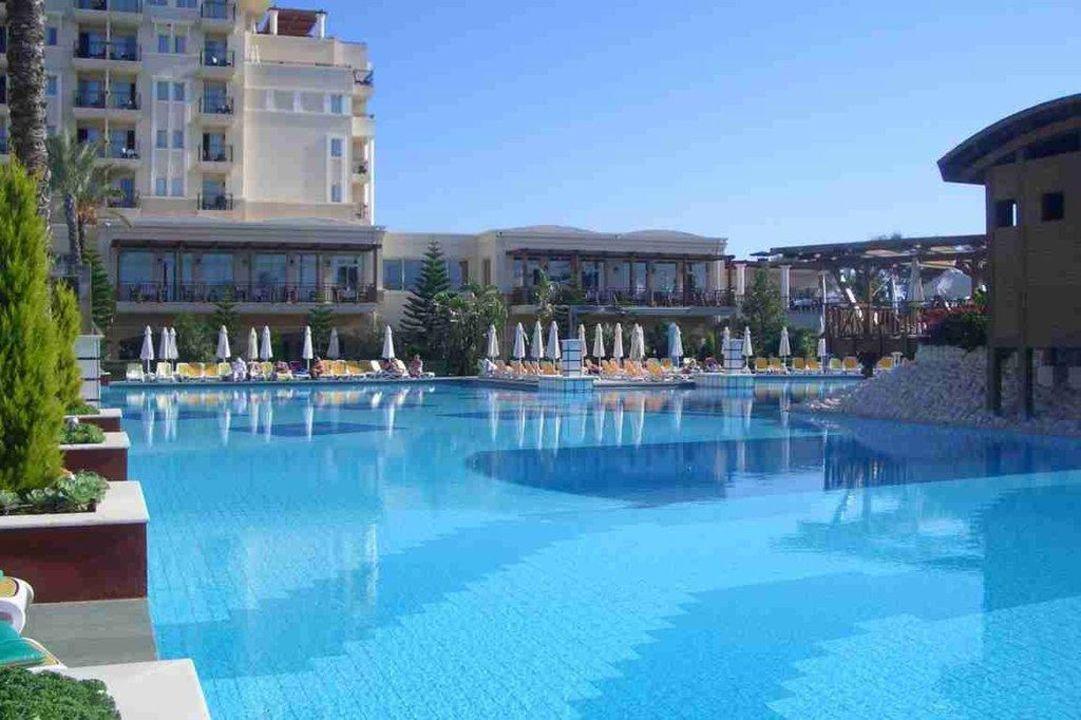 Blick über Teil vom Pool auf den seitlichen Hotelteil Hotel Delphin Diva