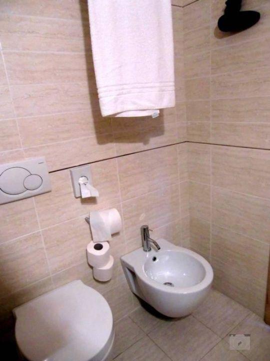 toilette mit bidet hotel villa lisa malcesine. Black Bedroom Furniture Sets. Home Design Ideas