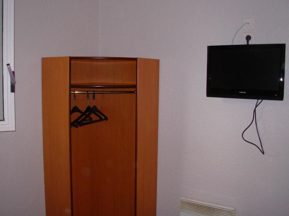 Kleiner Eckschrank und Fernseher \
