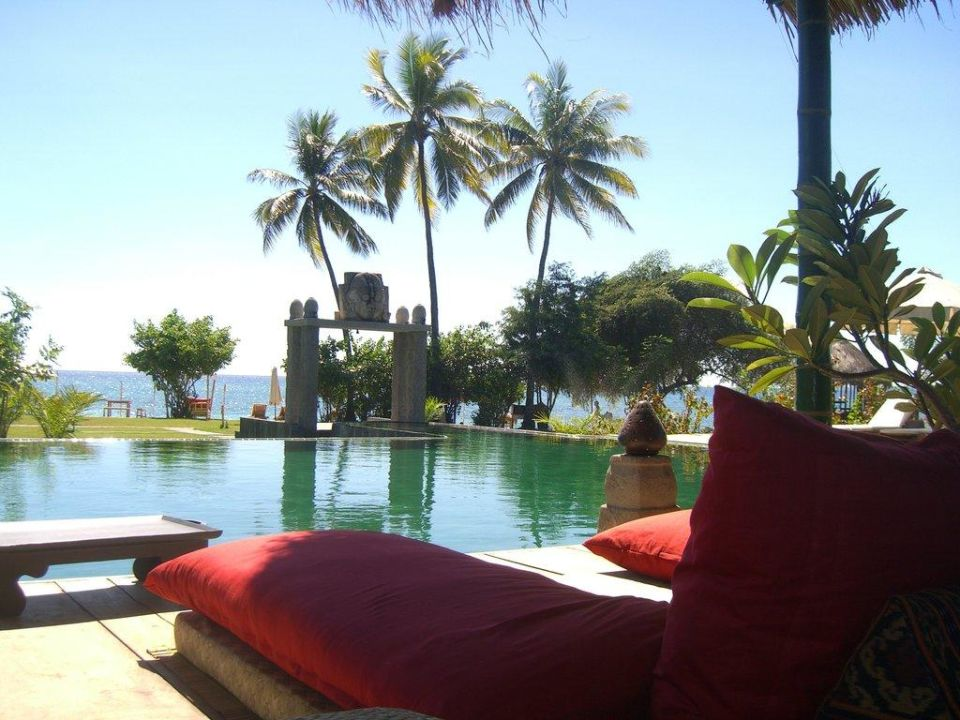 Relaxing at the pool Hotel Tugu Lombok