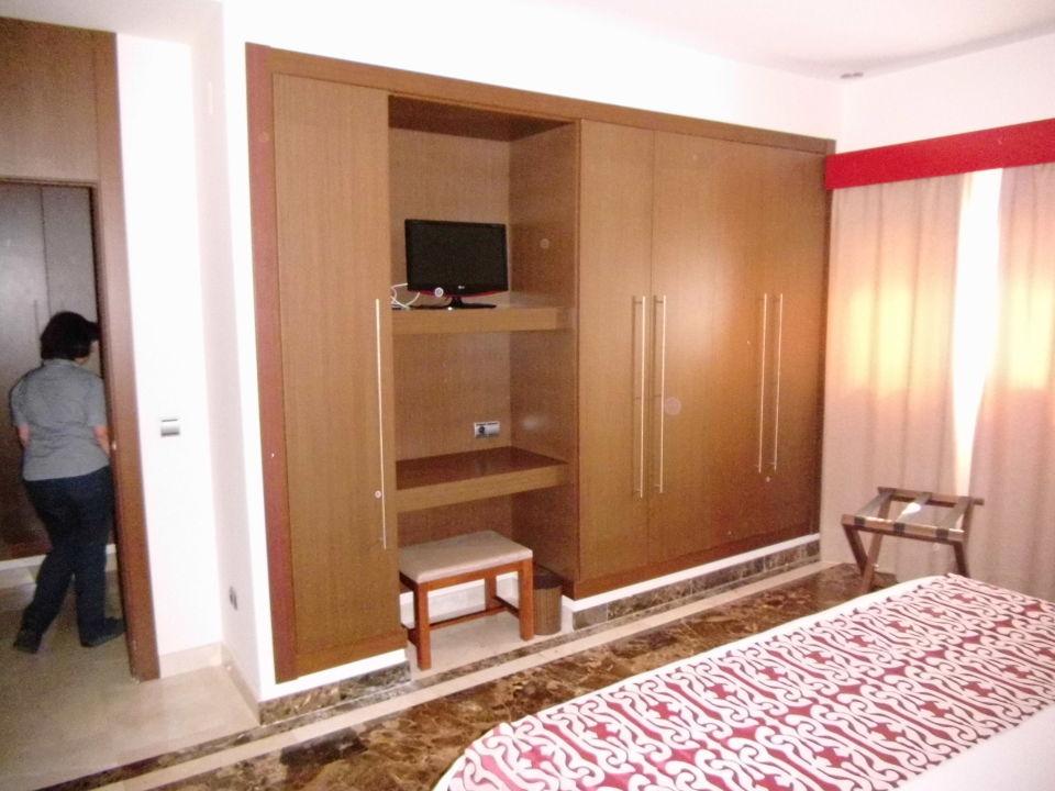 schlafzimmerschrank mit kleinem fernseher hotel fuerte estepona estepona holidaycheck. Black Bedroom Furniture Sets. Home Design Ideas