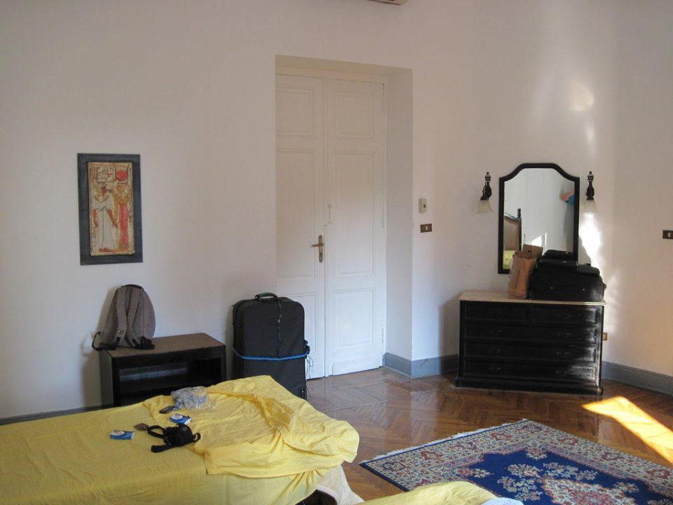 Zimmer 318, hell und groß, Kommode und Bett Hotel Victoria