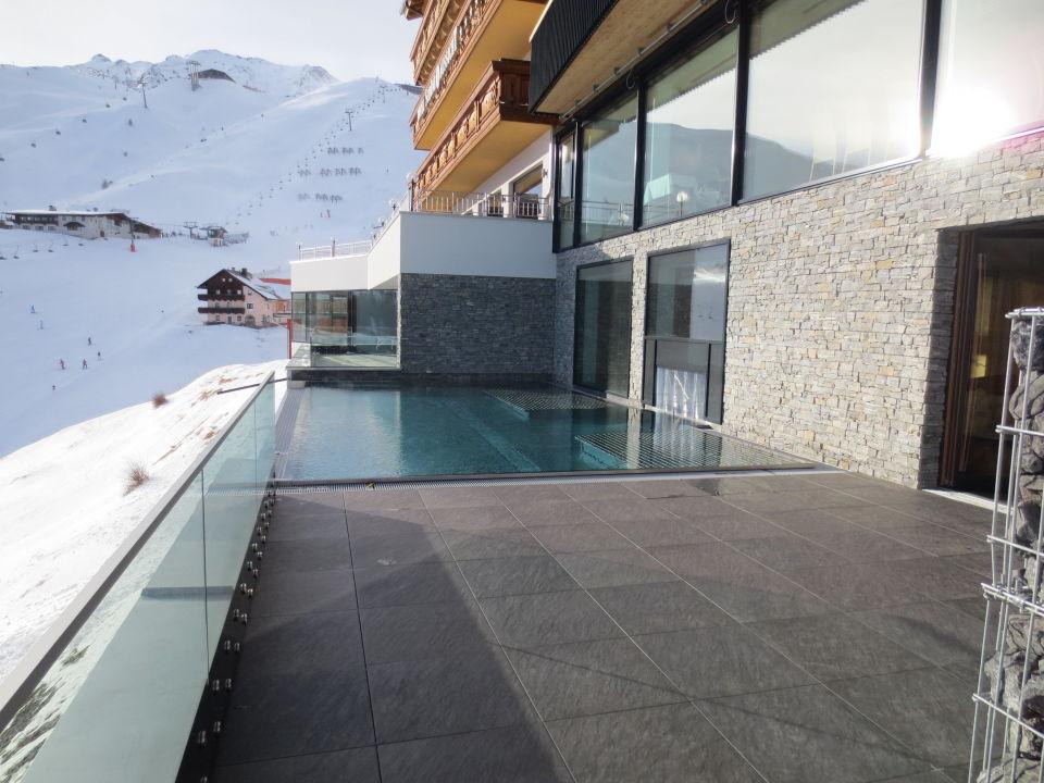Pool Mit Blick Auf Die Piste Hotel Schone Aussicht Hochsolden