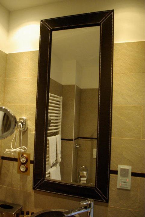 Badezimmer-Spiegel; rechts ein Bad-Radio\