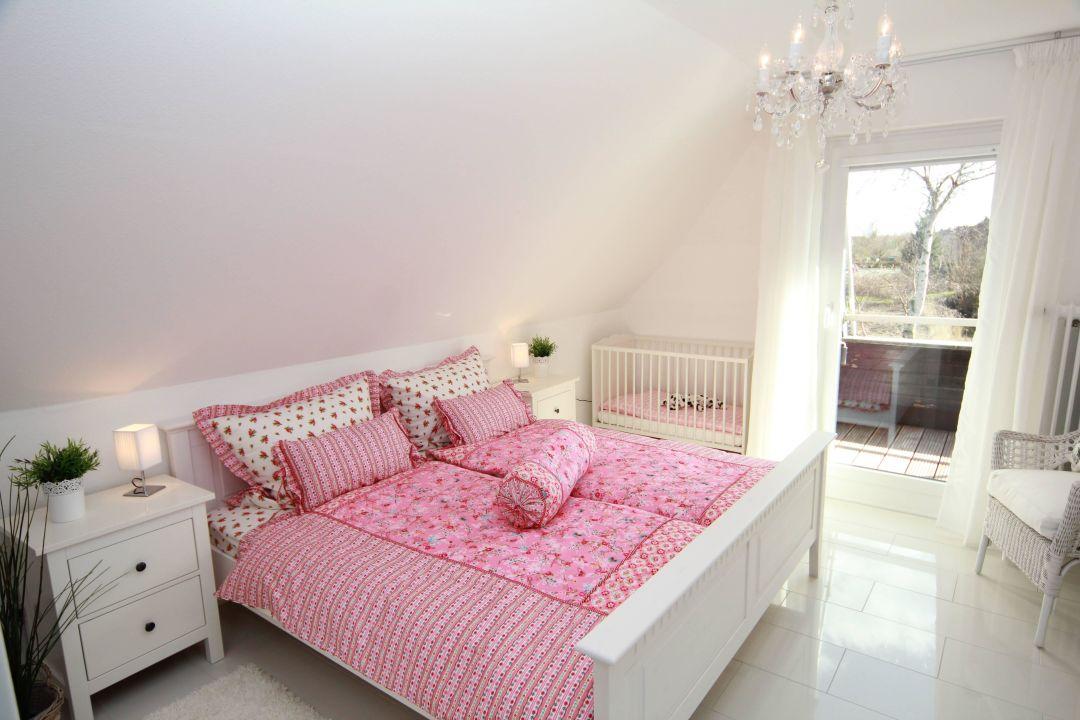 Romantisches Schlafzimmer im Landhausstil\