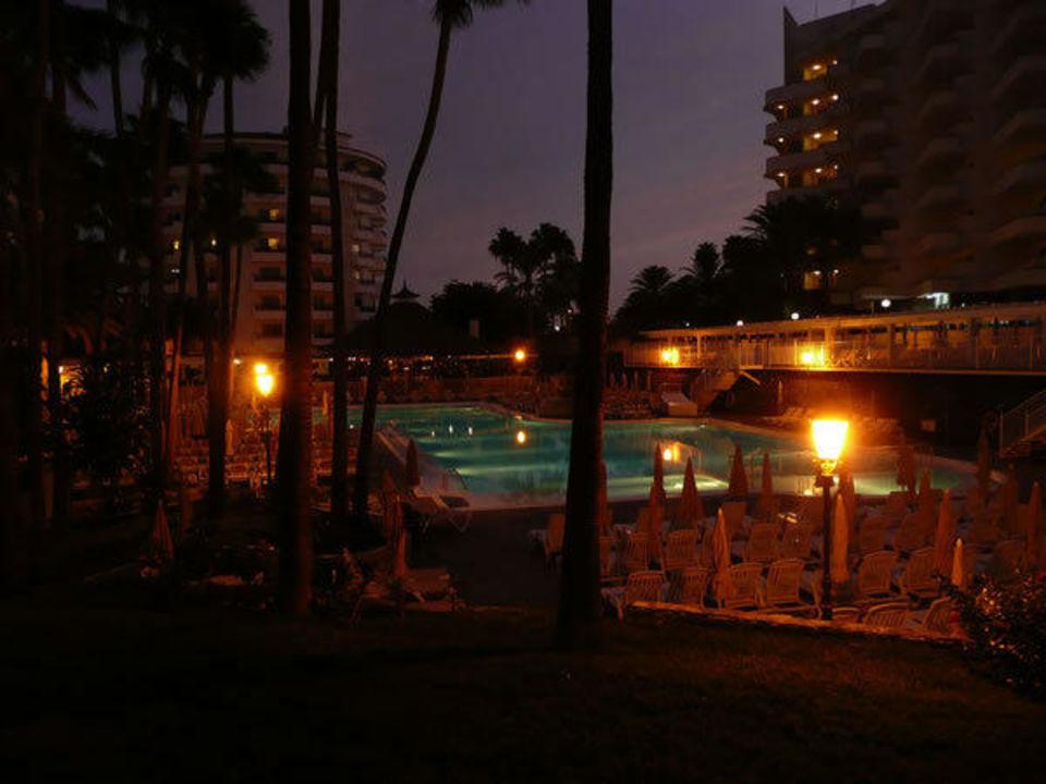 Pool in der Dämmerung Clubhotel Servatur Waikiki