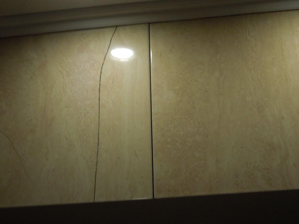 bild kaputte fliesen zu hotel moonlight in sveti vlas. Black Bedroom Furniture Sets. Home Design Ideas
