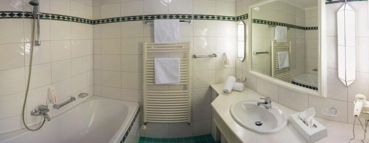 badezimmer mit badewanne und duschvorrichtung haus gurgl skihotel obergurgl holidaycheck. Black Bedroom Furniture Sets. Home Design Ideas