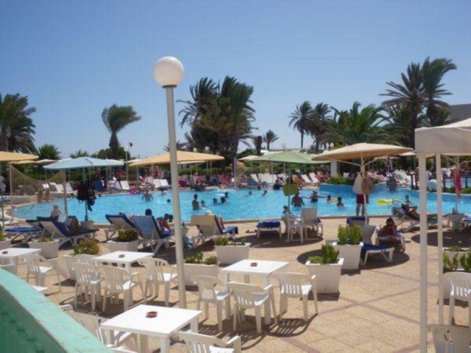 Bord de la piscine Hotel El Mouradi Skanes Beach