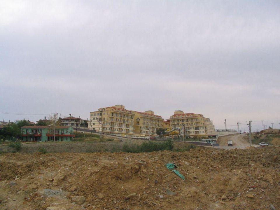 Weg vom oestlich gelegenen Strand zum Hotel (1) Diamond Beach Hotel & Spa