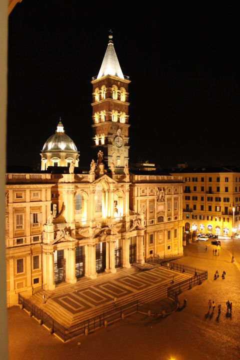 Bazylika SM Maggiore - widok z okna w nocy B&B Casa Dell'Amicizia