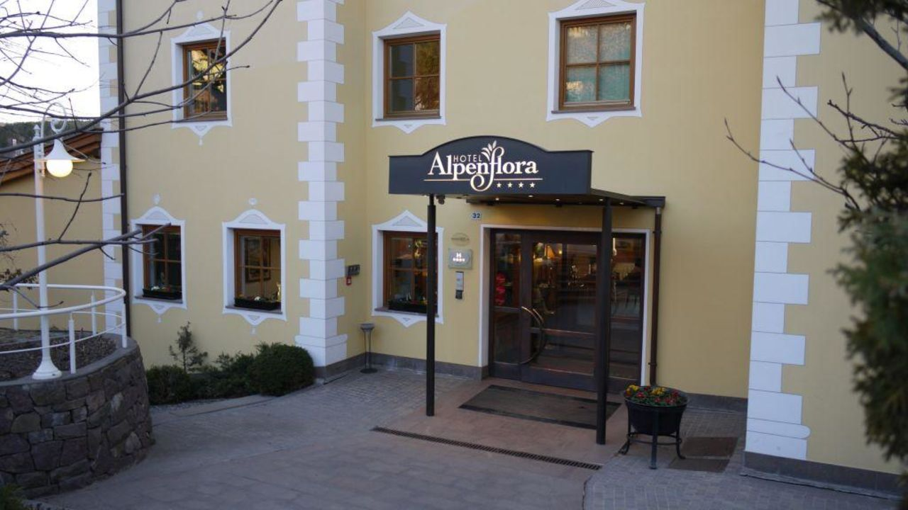 Hoteleingang Hotel Alpenflora