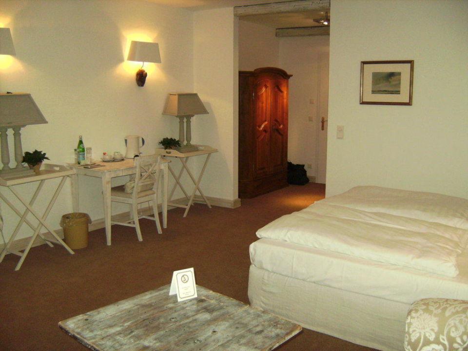 Schreibtisch mit Stuhl und Wasserkocher,vorn rustikaler Tisc Hotel Zur Linde
