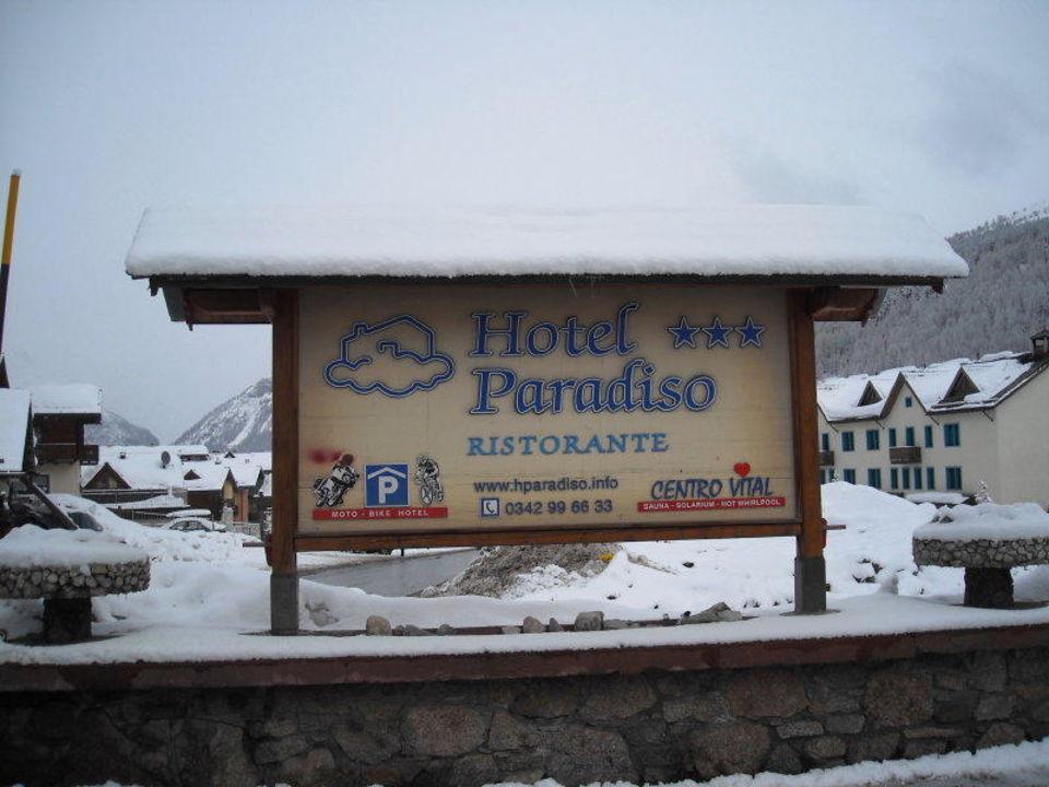 Hinweisschild an der Hoteleinfahrt Hotel Paradiso