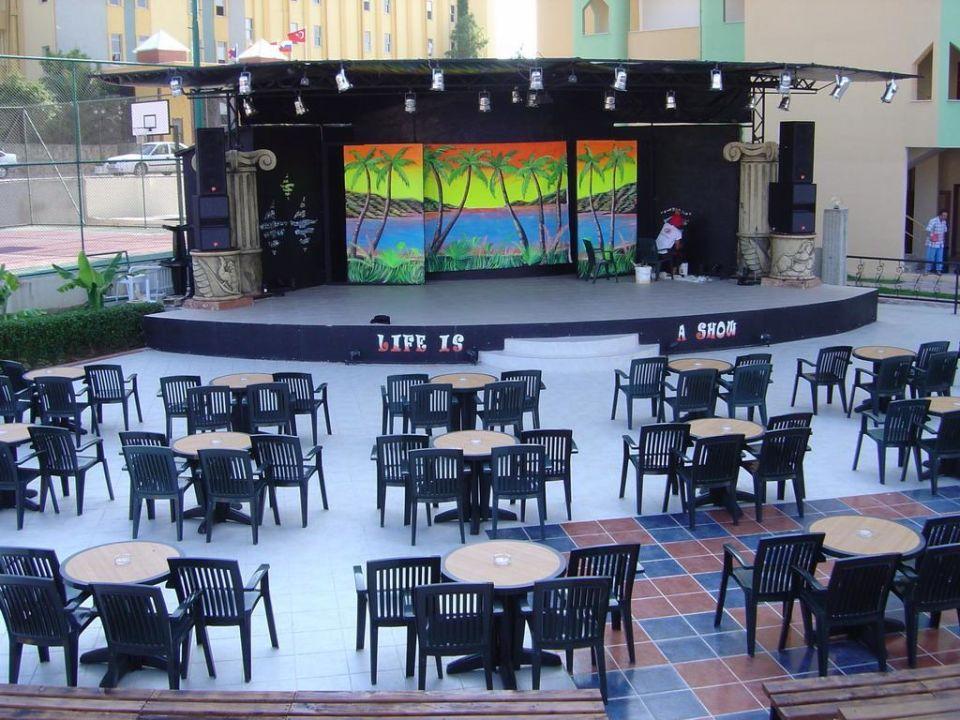 Die abendliche Bühne Hotel Titan Garden