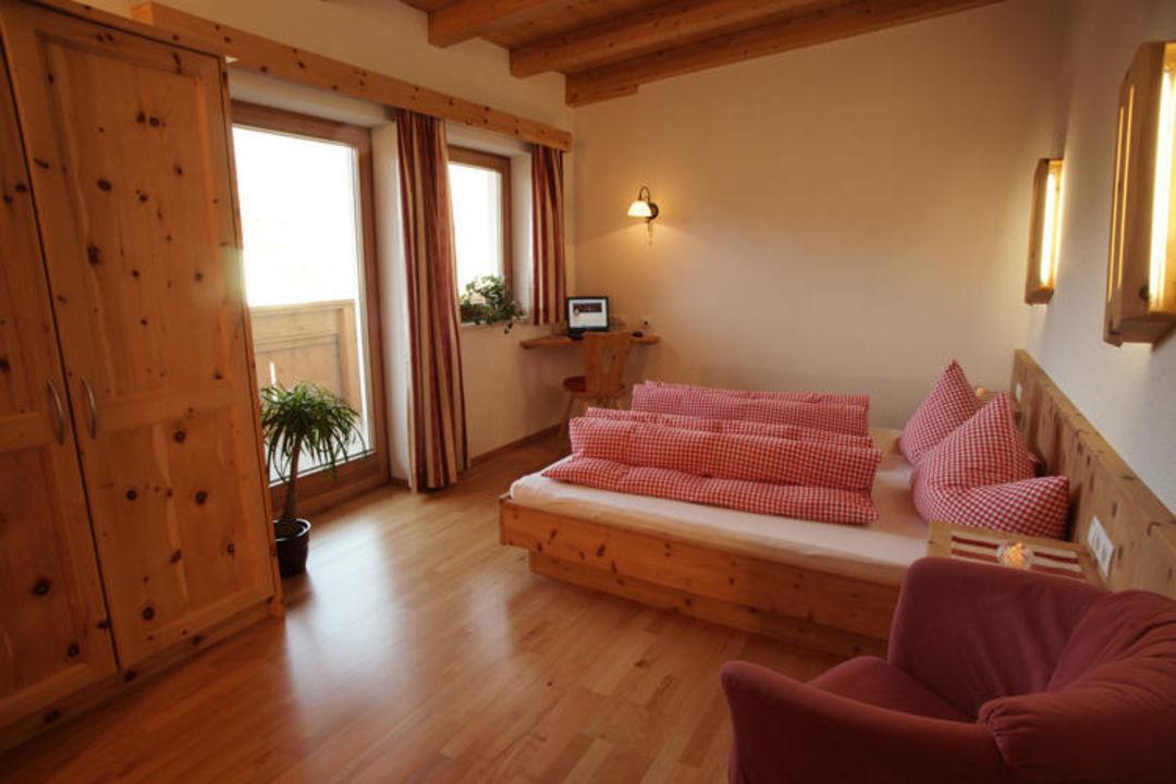 Gemütliches Schlafzimmer aus Zirbenholz\