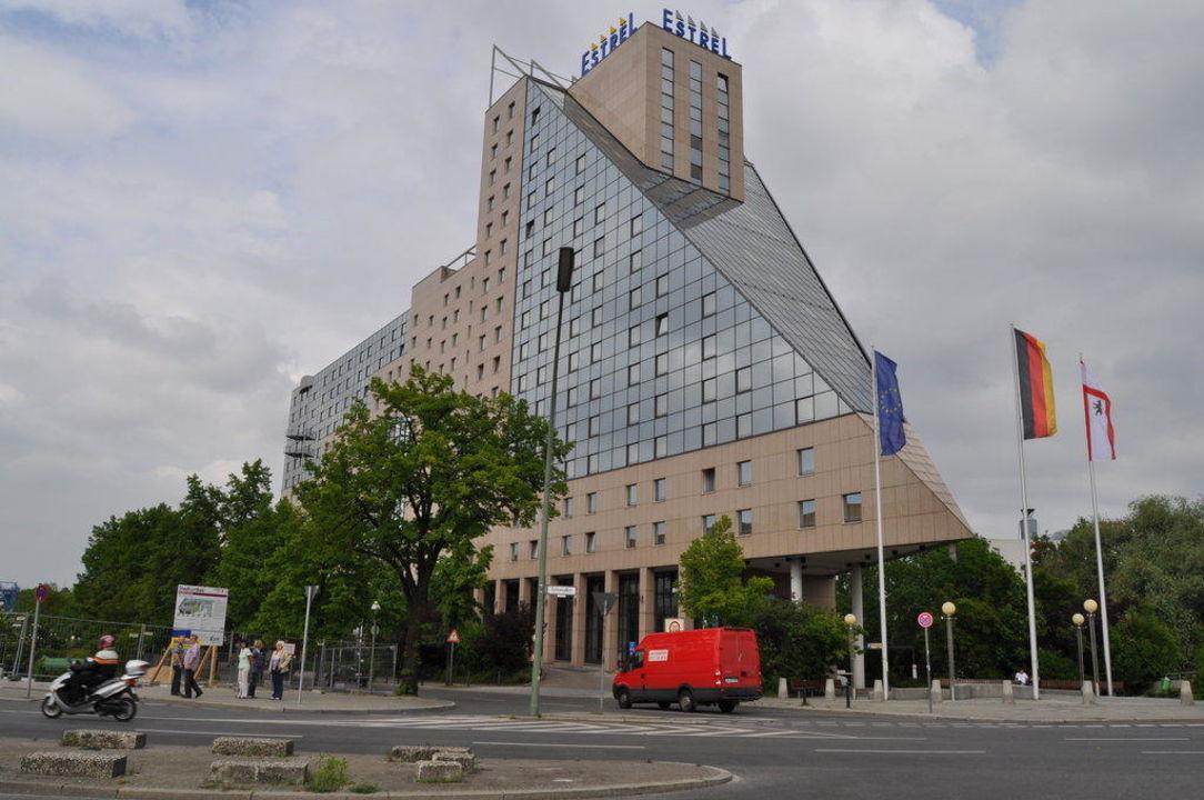 bild brunnen zu estrel hotel berlin in berlin neuk lln. Black Bedroom Furniture Sets. Home Design Ideas
