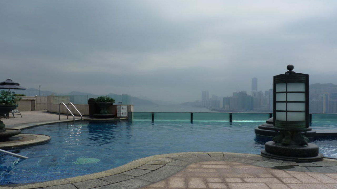 Pool mit Blick auf Hong Kong Island Harbour Grand Kowloon