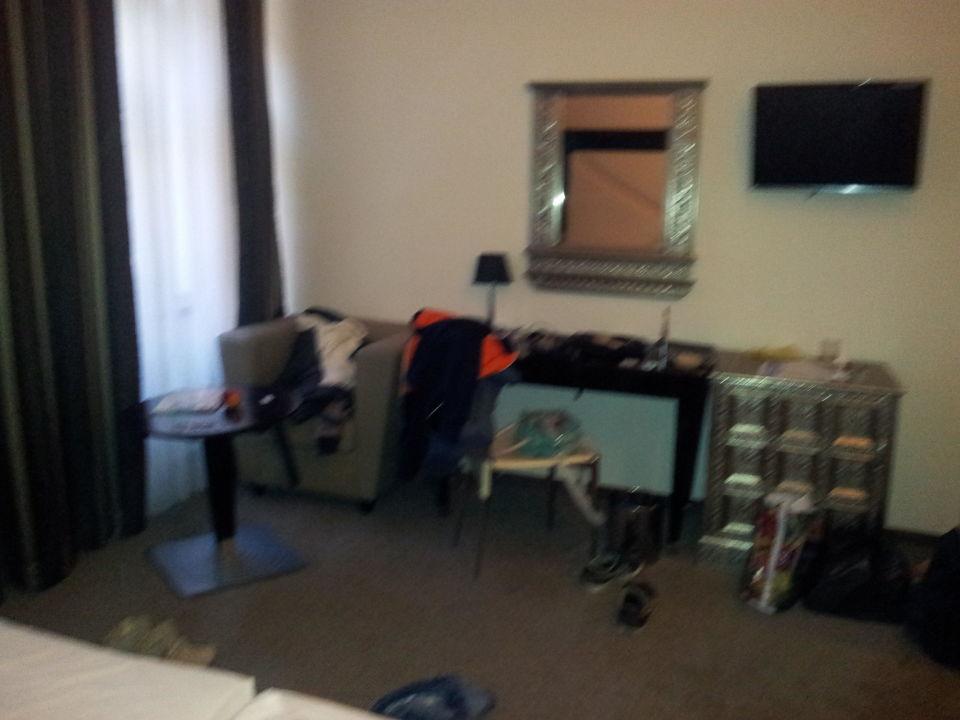 Schreibtisch, Kühlschrank, Fernseher\
