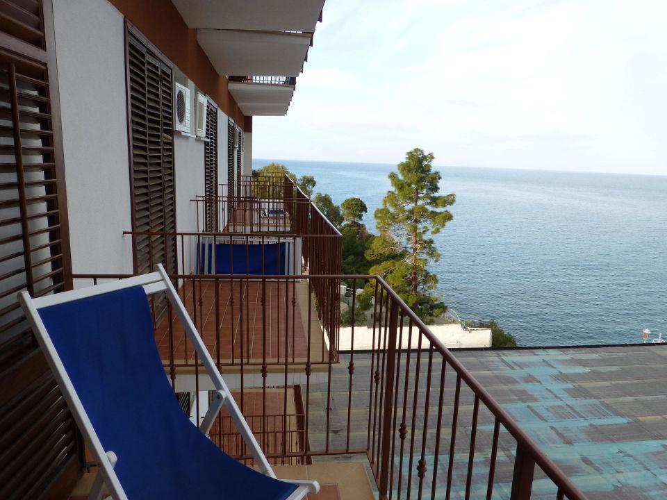 bild vom balkon aufs meer ber dach zu hotel kalura in. Black Bedroom Furniture Sets. Home Design Ideas