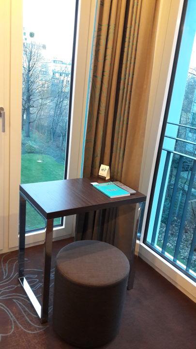 Kleiner Schreibtisch im Zimmer Motel One München-Olympia Gate
