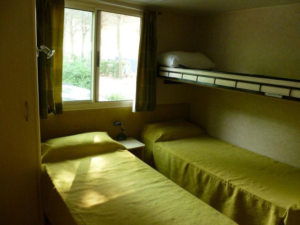 Bild schlafzimmer mobile home elle vacanze zu camping for Kinderzimmer 2 betten