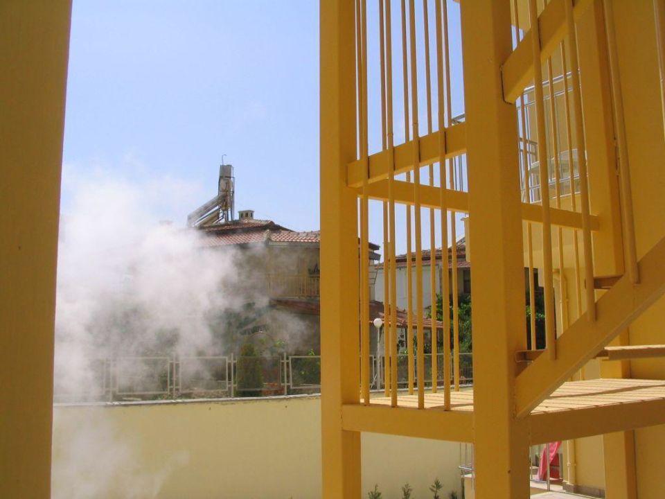 Hotelschwaden steigen auf Diamond Beach Hotel & Spa